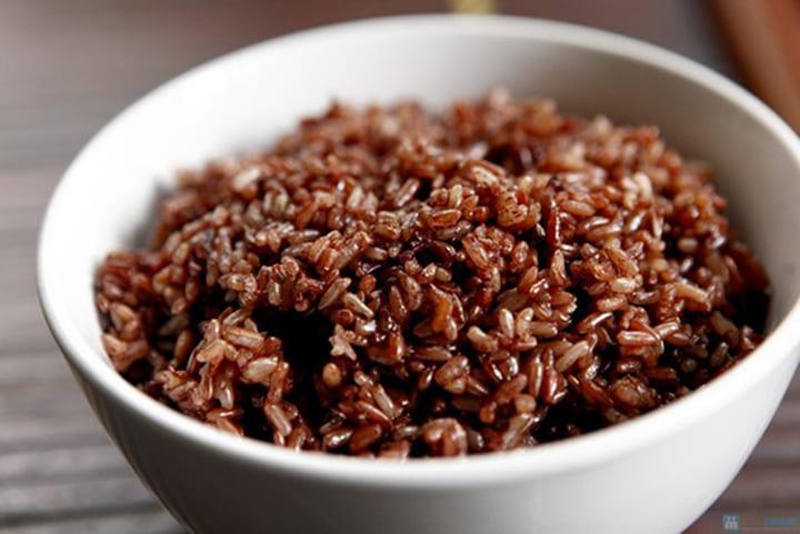 Ăn cơm gạo lứt giúp bạn no lâu, hạn chế sự thèm ăn, hỗ trợ kiểm soát cân nặng tốt hơn