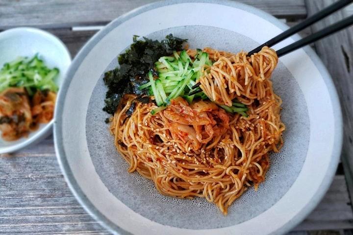 Miến trộn Hàn Quốc đặc trưng bởi màu sắc và hương vị khác biệt