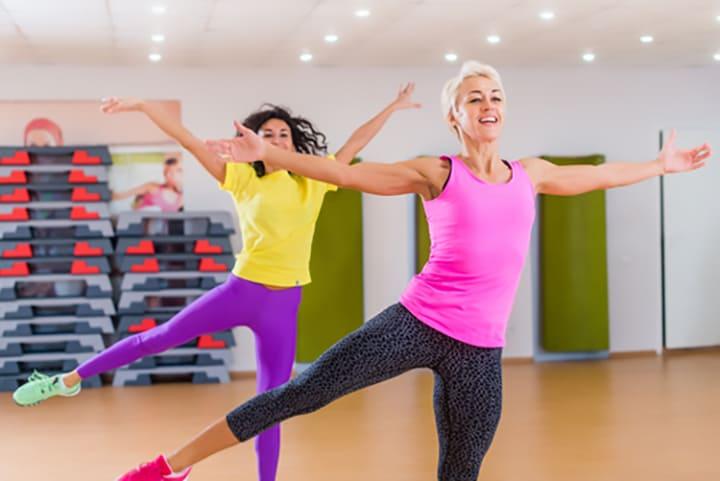 Bài tập Aerobic nhảy đá chân sang 2 bên giảm mỡ bụng