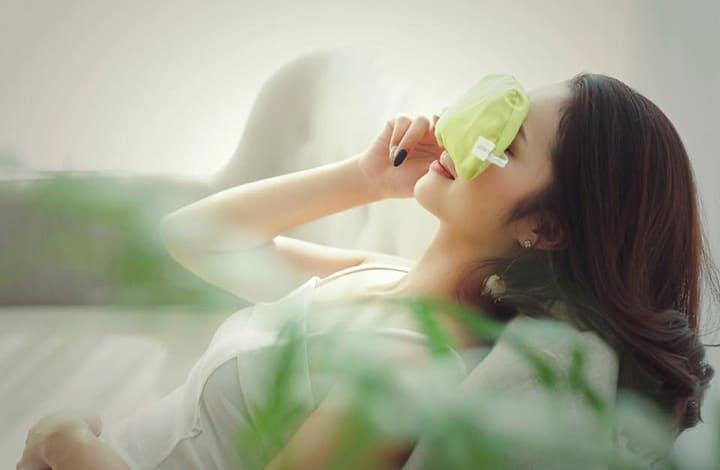 Chườm ấm giúp giảm mỏ mắt hiệu quả
