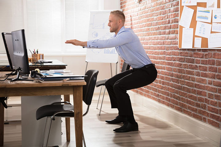 Squat là bài tập thể dục rất tốt cho dân văn phòng