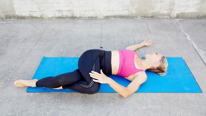 co gối vặn mình là bài tập không chỉ giúp giảm mỡ bụng hiệu quả mà nó còn có tác dụng thư giãn cột sống