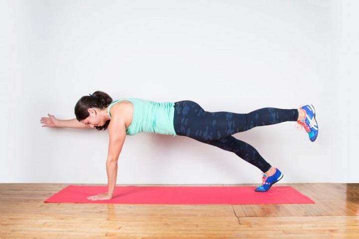 Bài tập plank 1 bên nâng chân cho vùng bụng, cơ liên sườn được kéo căng