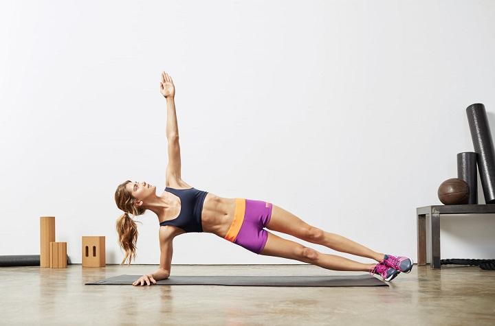 Plank hình chữ T đòi hòi bạn phải có đôi tay và vùng hông chắc khỏe