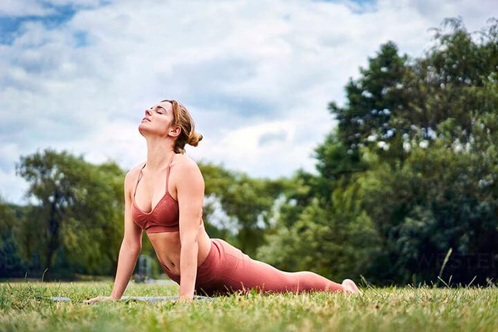 Tư thế tập yoga rắn hổ mang giúp bạn có vòng eo lý tưởng hơn