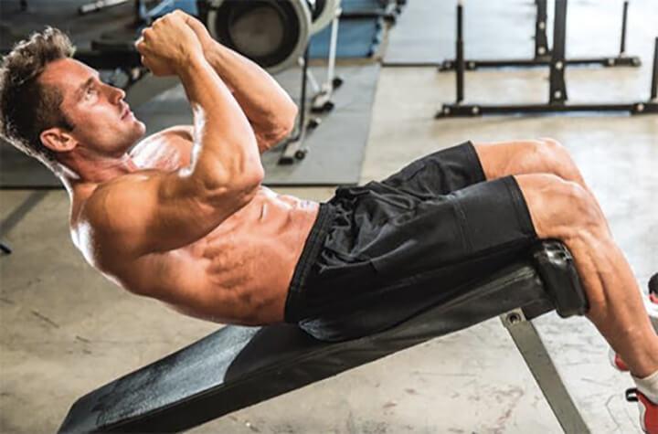 Bài tập Decline Crunch khó thực hiện hơn, dành cho những người tập Gym có kinh nghiệm