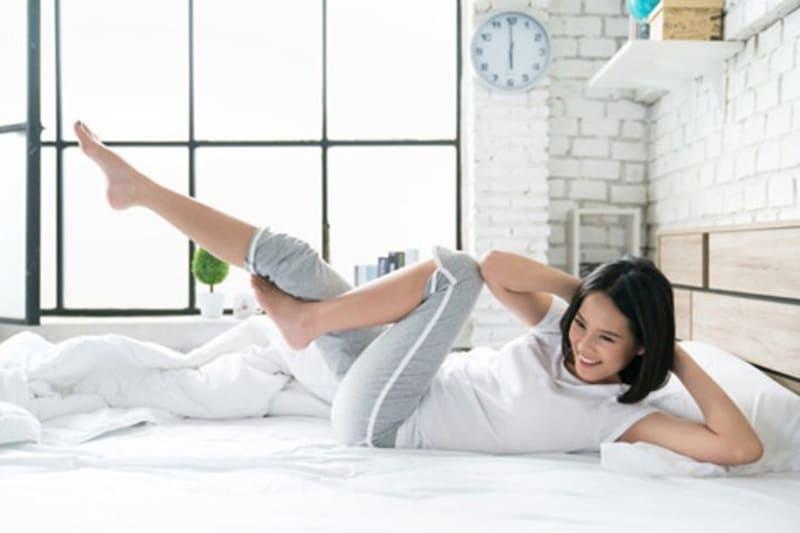 12 bài tập giảm mỡ bụng trên giường cực hiệu quả cho nàng lười