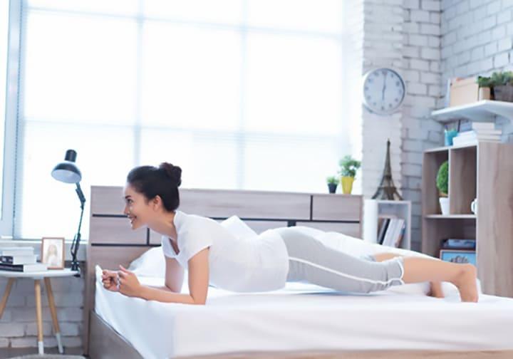 Plank trên giường giúp tập cho vùng bụng rất tốt