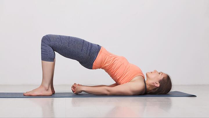 Tư thế cây cầu là bài tập yoga giảm stress mà bạn có thể thực hiện ngay tại nhà