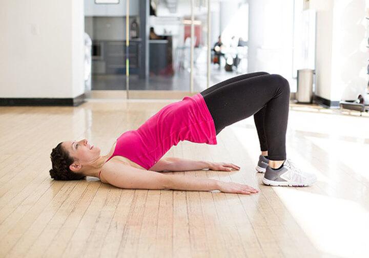 Bài tập nâng hông cũng giúp đốt cháy mỡ thừa rất hiệu quả