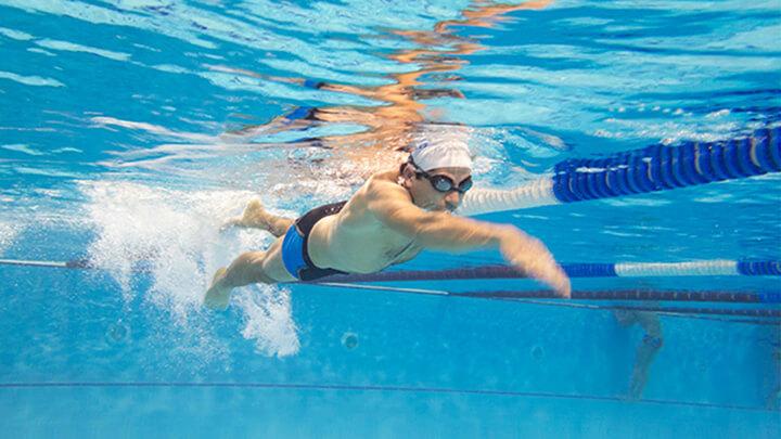 Bơi kích thích nhiều phần cơ thể hoạt động từ tay đến chân