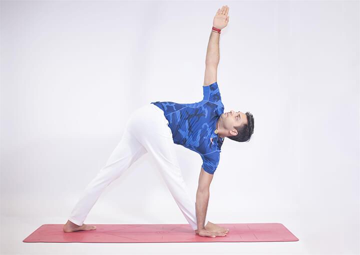 Tập tư thế yoga tam giác đòi hỏi sự kết hợp của nhiều bộ phận