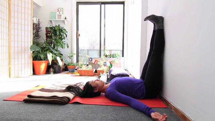 Nằm gác chân lên tường giúp thư giãn lưng dưới