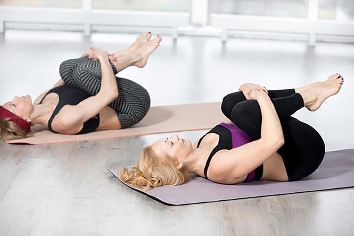 Động tác nằm ngửa gập chân tạo áp lực lớn cho vùng bụng, mông