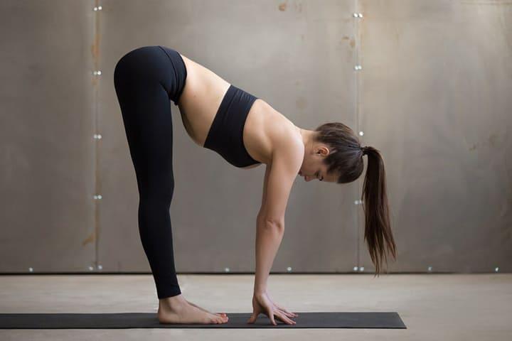 Gập bụng sâu và tay chạm xuống sàn giúp đẩy mạnh vòng mông của bạn