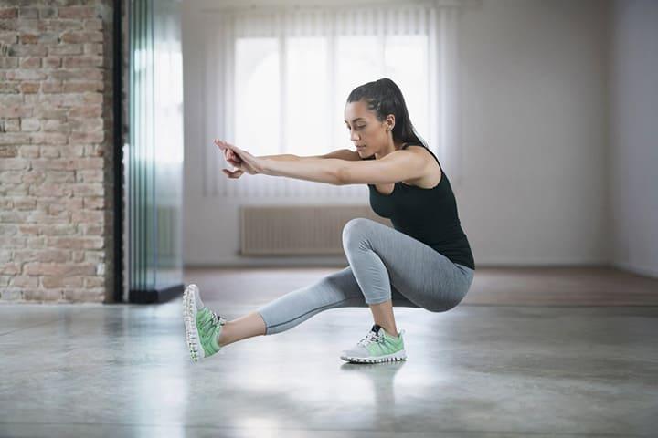 Bài tập này đòi hỏi độ khó cao hơn khi người tập cần giữ thăng bằng bằng 1 chân