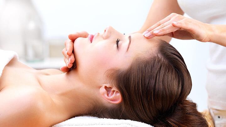 Massage nhẹ nhàng trên da mặt, đầu giúp máu lưu thông tốt hơn