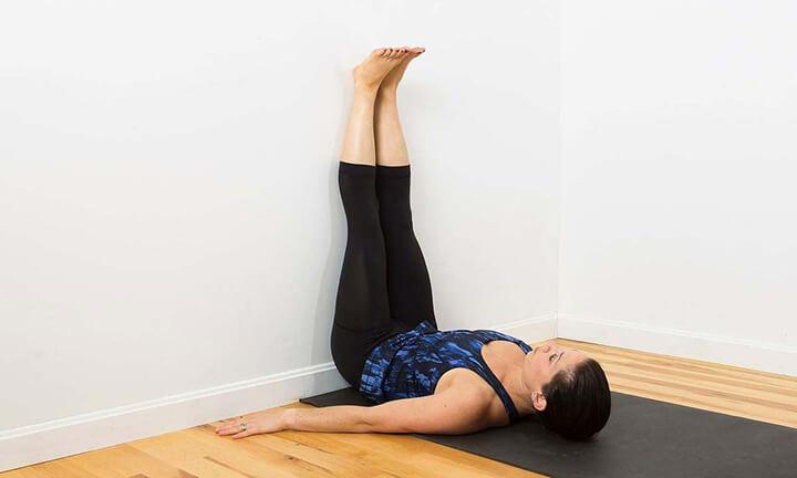 Gác chân lên tường giúp thư giãn vùng mông, hông tạo điều kiện cho tuần hoàn hoạt động tốt