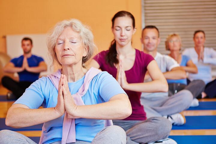Người già nên tập Yoga thường xuyên