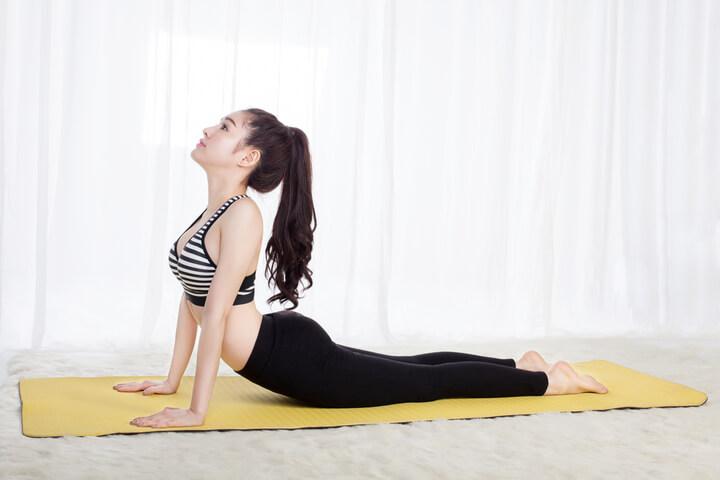 Tư thế Yoga rắn hổ mang trị đau vai gáy.