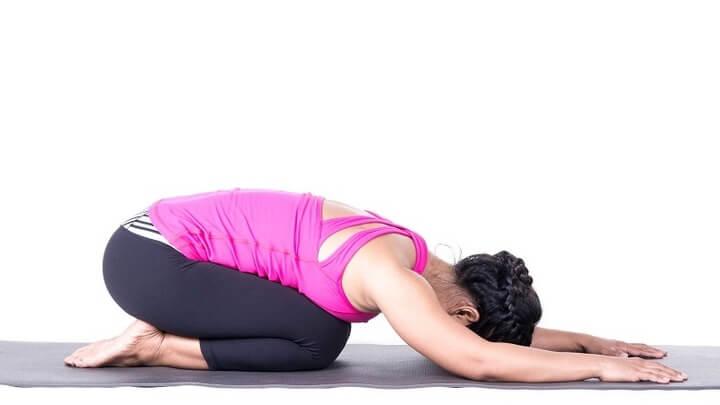 Tư thế em bé giúp thư giãn phần gáy, vai, làm giảm cơn đau hiệu quả.