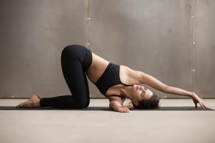 Tư thế Yoga sợi chỉ xâu qua kim chữa đau vai gáy.