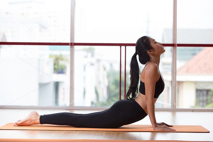 Tư thế Yoga rắn hổ mang tác động vùng cơ trung tâm khá hiệu quả