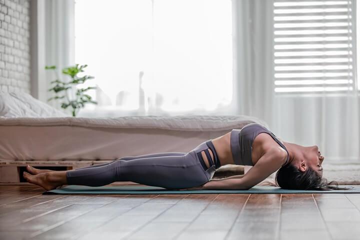 Động tác Yoga con cá làm vùng bụng của bạn phẳng gọn hơn