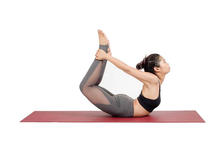 Tư thế cánh cung giúp căng giãn cơ bụng rất hiệu quả