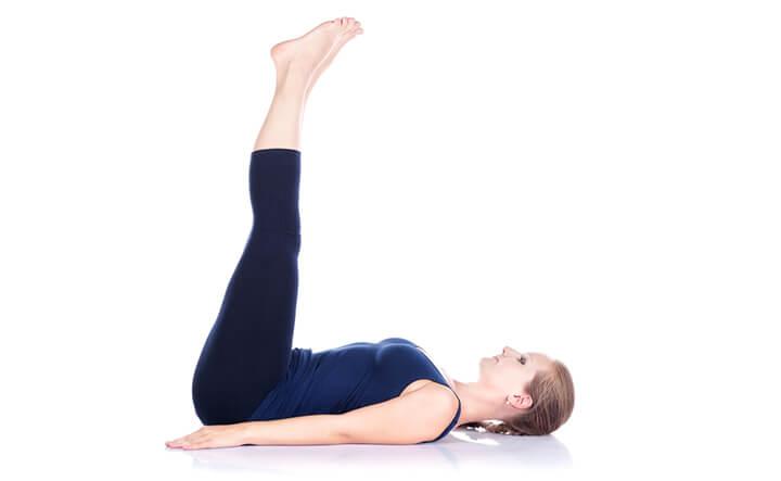 Tư thế Yoga nâng chân hỗ trợ đánh tan mỡ bụng dưới