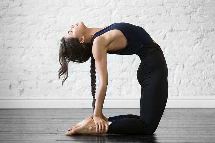 Bài tập Yoga con lạc đà tác động mạnh mẽ lên vùng cơ bụng săn gọn