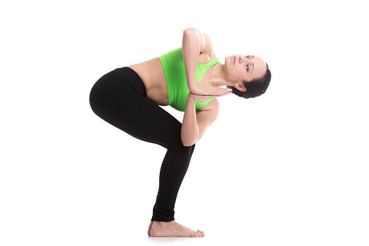 Tư thế Yoga cái ghế quay người giúp giảm mỡ bụng eo