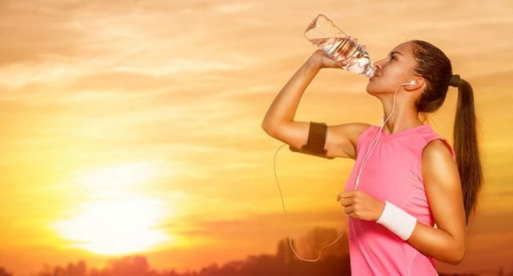 Bạn nên uống nước đầy đủ trước - trong và sau khi chạy bộ