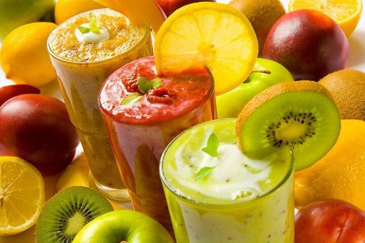 Sinh tố trái cây là thực phẩm thích hợp với bữa ăn sáng cho người giảm cân.