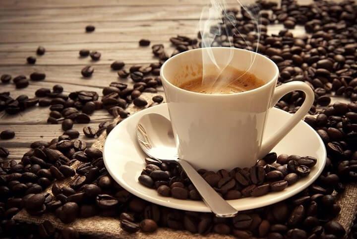 Ăn sáng giảm mỡ bụng có thể kèm với ly cà phê nóng.