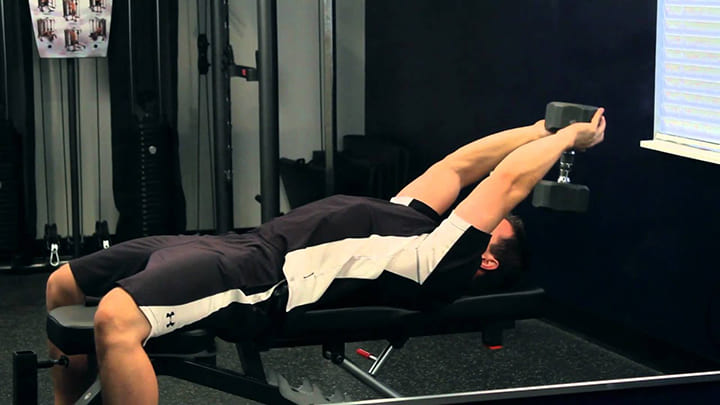 Khi tập cần chú ý phần chân trụ vững, lực đẩy (vớt) tạ đủ mạnh