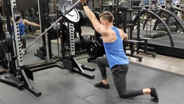 Chú ý khi tập động tác này cơ ngực luôn cần căng cứng