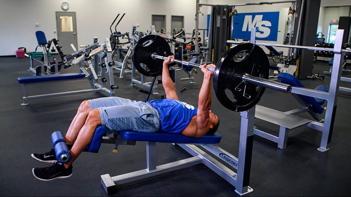 Nếu tập ở mức tạ nặng bạn cần có người hỗ trợ đỡ tạ đi kèm