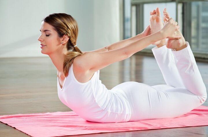 Tư thế cánh cung là một bài tập Yoga giảm mỡ bụng nâng cao.