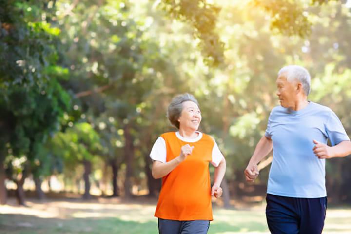 Đi bộ mỗi ngày giúp cải thiện sức khỏe tổng thể cho người già