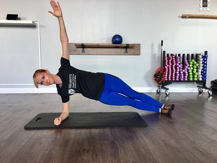 Tập tư thế Plank 1 bên giúp bạn sở hữu vòng 2 thon gọn hơn.