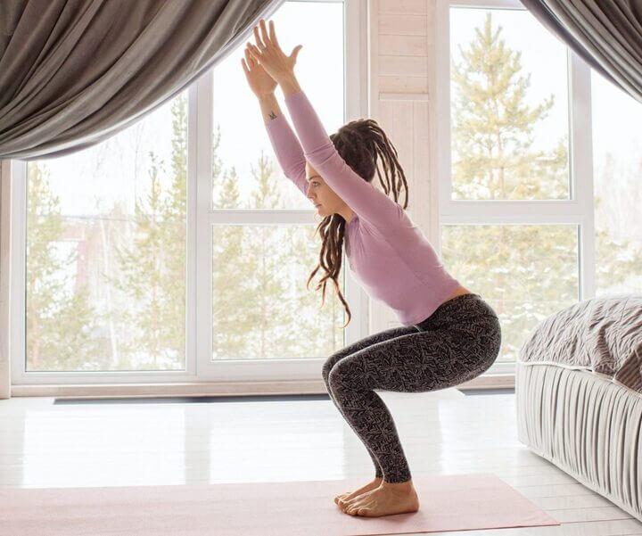 Tư thế cái ghế giúp toàn thân và thắt lưng được căng giãn tốt hơn.