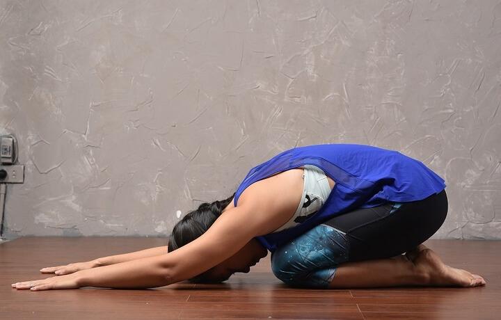 Tư thế trẻ em giúp bạn giải tỏa căng thẳng, thư giãn ngực, lưng và vai.