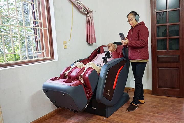 Sử dụng ghế massage toàn thân mang đến rất nhiều lợi ích cho người cao tuổi