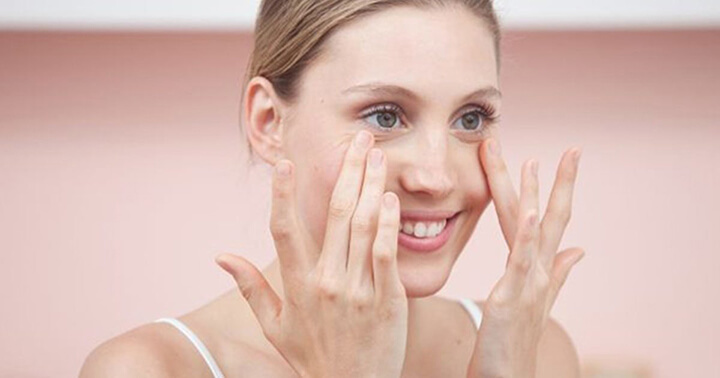 Massage mắt bằng tay là cách đơn giản để giảm thâm đen vùng mắt