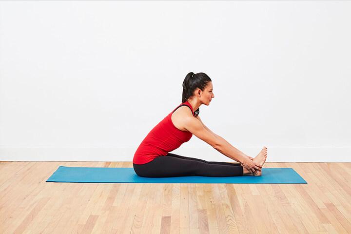 Tư thế Seated Forward Bend là bài tập giảm béo bụng mà các chị em nên tập