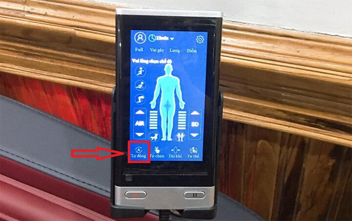 Trên bảng điều khiển, bạn nhấn nút Tự động, ghế massage sẽ tự thiết lập chế độ massage mặc định