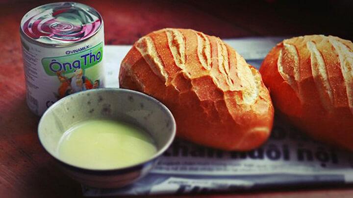 Bánh mì chấm sữa - món ăn huyền thoại.