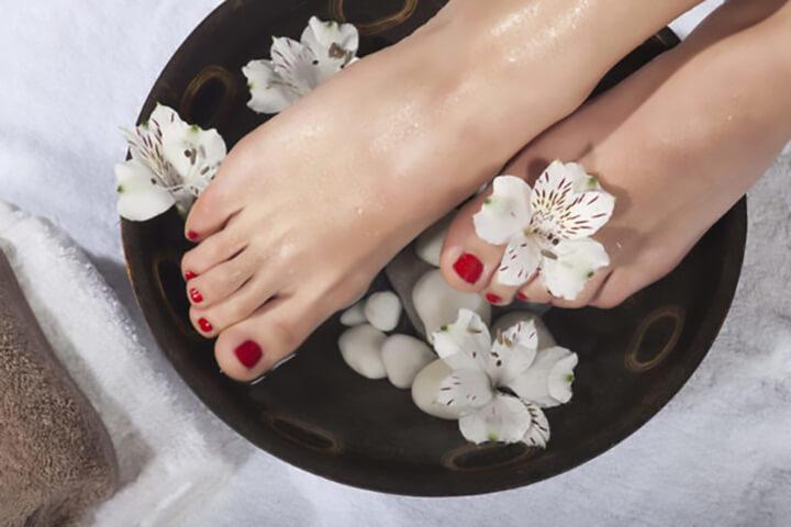 Ngâm chân nước ấm trước khi ngủ giúp làm ấm cơ thể hiệu quả