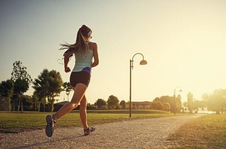 chạy bộ buổi chiều còn có tác dụng giúp bạn giải tỏa căng thẳng, áp lực sau một ngày làm việc căng thẳng mệt mỏi